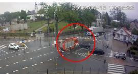 Wóz strażacki po wypadku na skrzyżowaniu wjechał w dom [VIDEO Z MONITORINGU]
