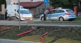 Łomża: Skasowane barierki i uszkodzony peugeot [FOTO]