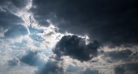Porywisty wiatr, burze i grad. IMGW ostrzega