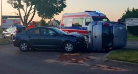 Opel na boku po wypadku na skrzyżowaniu [FOTO]
