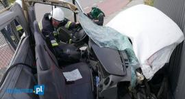 Groźny wypadek w Piątnicy! Kierowca busa trafił do szpitala [FOTO]