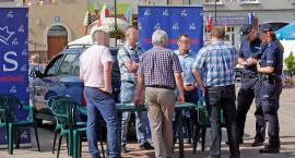 """Dwa auta na środku Starego Rynku i wyborcze reklamy """"ubogacają"""" Jarmark w Łomży [FOTO]"""