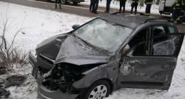Hyundai uderzył w drzewo. Są utrudnienia [FOTO]