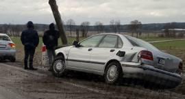 Volvo w rowie. Kierowca chciał uniknąć zderzenia? [FOTO]