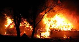 Pożar k. Kolna pochłonął dach i samochód