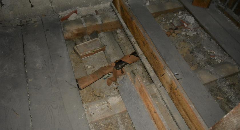POLICJA, Arsenał podłogą [ZDJĘCIA] - zdjęcie, fotografia