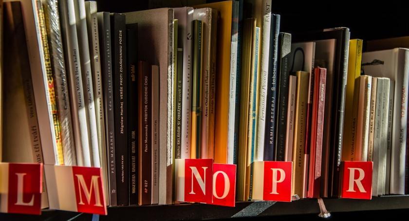 WYDARZENIA, Spektakle improwizacja wystawa wśród książek Dziś Bibliotek - zdjęcie, fotografia