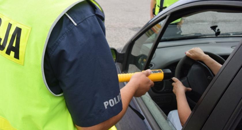 POLICJA, Zatrzymali pijanego kierowcę oddali ręce policji latek miał ponad promile - zdjęcie, fotografia