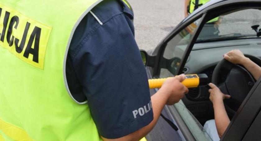 POLICJA, Pijany latek spowodował kolizję uciekł miejsca zdarzenia - zdjęcie, fotografia