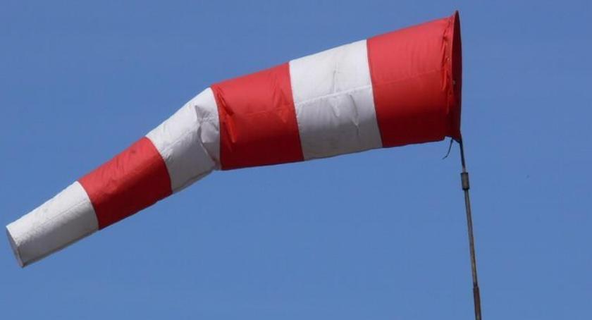 OSTRZEŻENIA METEO, ostrzega przed silnym wiatrem - zdjęcie, fotografia