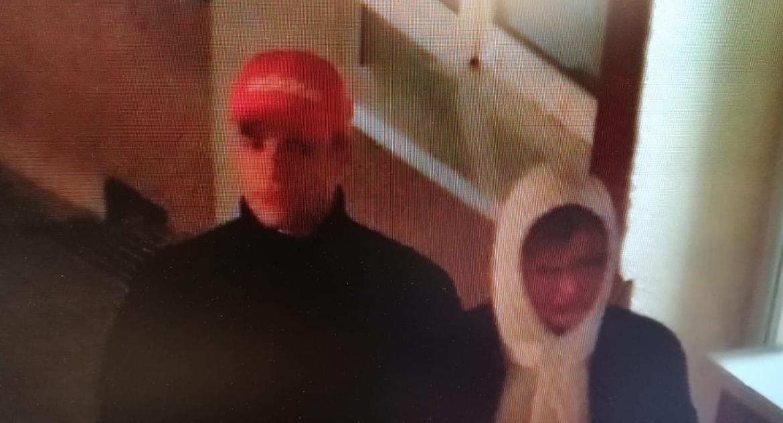 POLICJA, Rozpoznajesz mężczyzn mieli obrzucić jajkami pomnik papieża - zdjęcie, fotografia