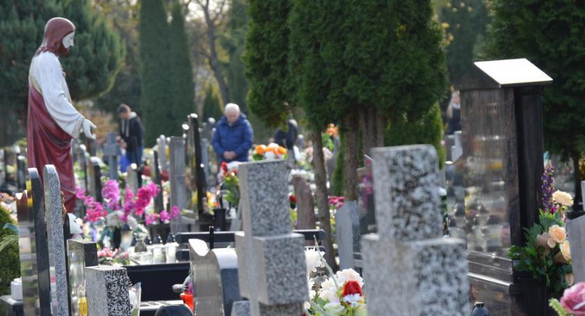 WSZYSTKICH ŚWIĘTYCH 2018, Tłumy cmentarzu Wszystkich Świętych [ZDJĘCIA] - zdjęcie, fotografia