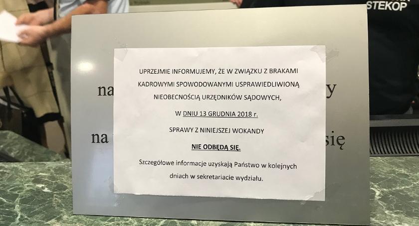 """PROKURATURA I SĄD, Rejonowy dziś pracuje """"Usprawiedliwiona nieobecność urzędników"""" - zdjęcie, fotografia"""