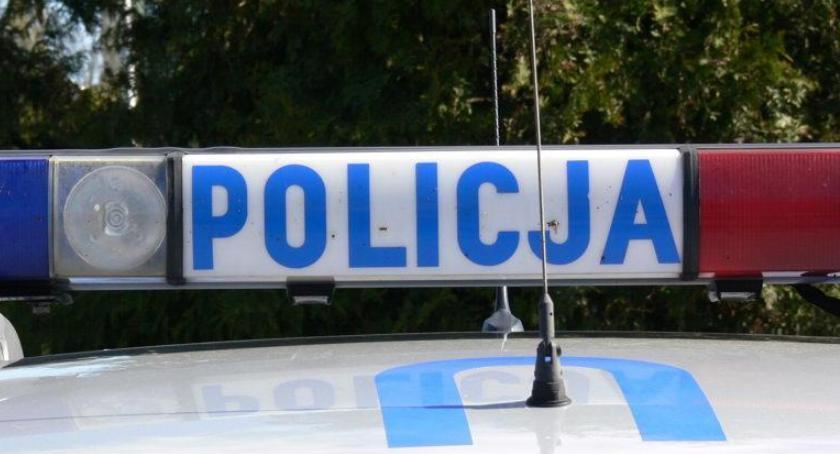 POLICJA, Kompletnie pijany mężczyzna usnął kierownicą zablokował drogę - zdjęcie, fotografia