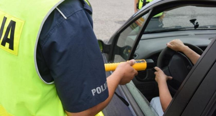 POLICJA, Pijany kierowca przekroczył prędkość pijąc alkohol wyprzedzał radiowóz - zdjęcie, fotografia