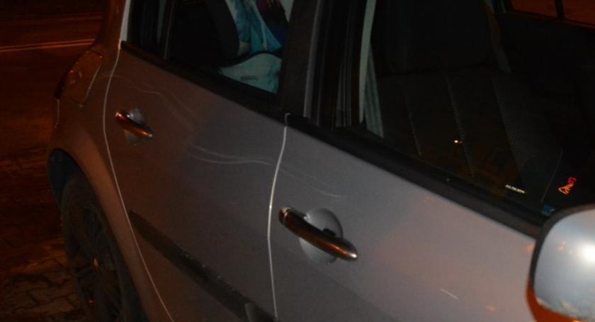 """POLICJA, Porysował samochód sąsiadów """"bo denerwowali szurali meblami"""" - zdjęcie, fotografia"""