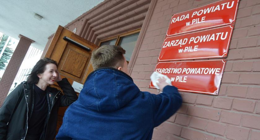 POLITYKA, Działacze Wiosny pytają zarobki zatrudnienie urzędach - zdjęcie, fotografia