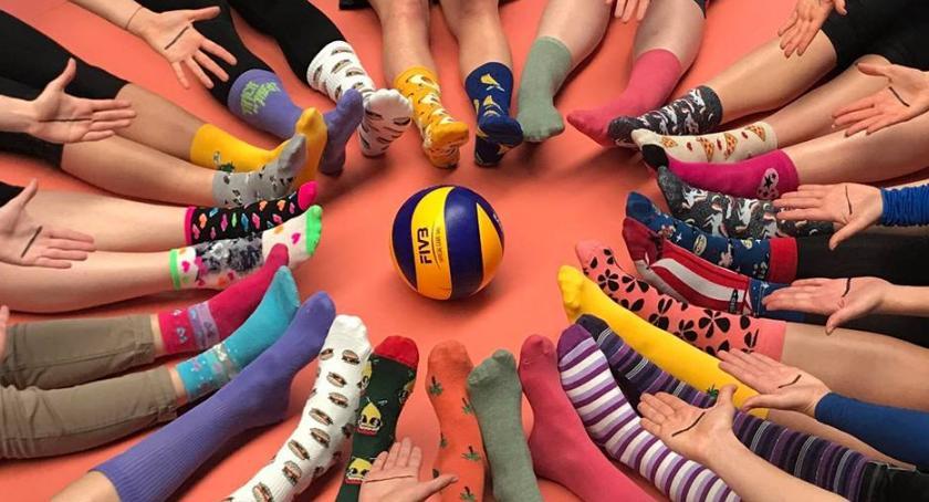 SIATKÓWKA, Siatkarki osób zespołem Downa kolorowych skarpetkach - zdjęcie, fotografia
