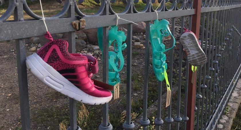 PIŁA, Dziecięce buciki płotach kościołów Akcja Shoes Remember - zdjęcie, fotografia