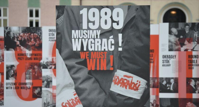 """WYSTAWY, """"1989 Musimy wygrać!"""" Plenerowa wystawa [ZDJĘCIA] - zdjęcie, fotografia"""