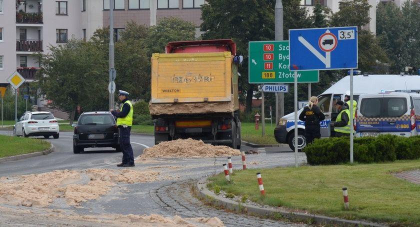 POLICJA, Pulpa ziemniaczana drodze centrum Piły [ZDJĘCIA] - zdjęcie, fotografia