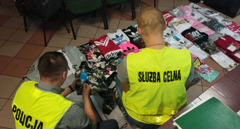 POLICJA, Markowe nielegalne Pilanka handlowała podrobioną odzieżą - zdjęcie, fotografia