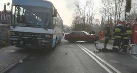 Zderzenie osobówki z autobusem. Kierowca pod wpływem alkoholu