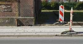 Tynk ze starej przepompowni spadł na chodnik [ZDJĘCIA]