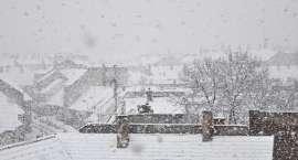 Sypnie śniegiem i mocno powieje. IMGW ostrzega