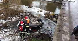Mercedes spadł z mostu
