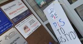 """""""PiS to wstyd"""". Transparent przed biurem Marcina Porzucka"""