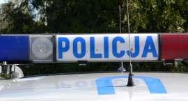 Samochód z trójką młodych mężczyzn uderzył w drzewo