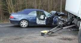 Mercedes uderzył w tira. Dwie osoby ranne [ZDJĘCIA]