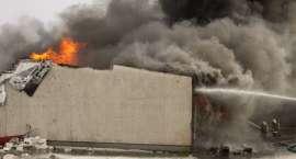 Policja ustala przyczyny pożaru w fabryce mebli