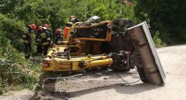 Wypadek przy remoncie torów. Koparka z operatorem spadła z nasypu kolejowego