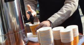 Kawa i torby dla wyborców. Kandydaci wychodzą na ulice [sondaŻP]