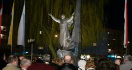 Pomnik papieża obrzucony jajkami. Policja szuka sprawców