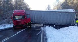 Ciężarówka zablokowała drogę [ZDJĘCIA]