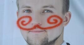 Wyborczy wandalizm. Domalowane wąsy i zniszczone banery [ZDJĘCIA]
