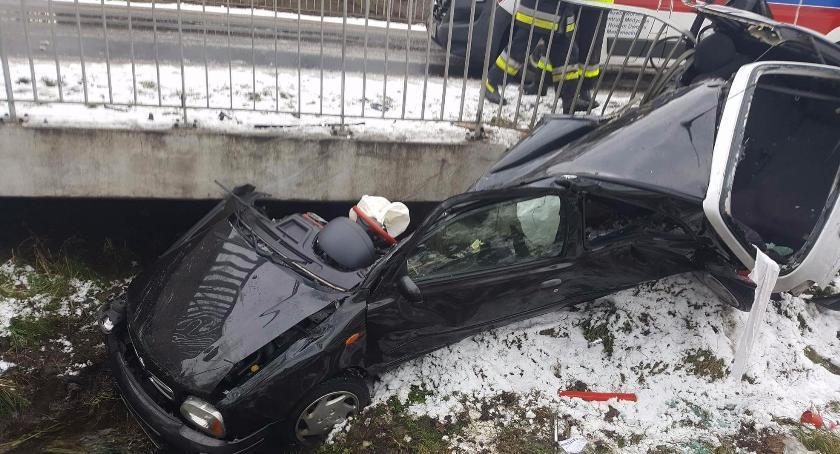 Wypadki drogowe , Samochód przełamał pół groźny wypadek trasie Winnica Nasielsk - zdjęcie, fotografia