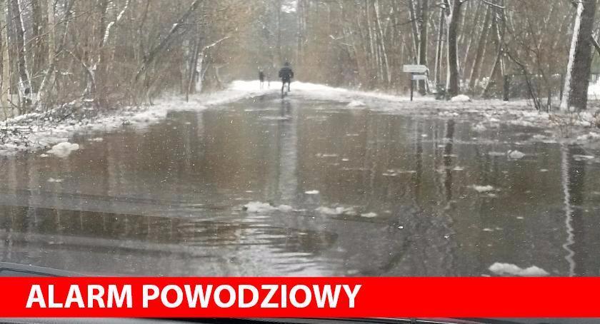 Alarm powodziowy , Droga Ponikiew przejezdna - zdjęcie, fotografia