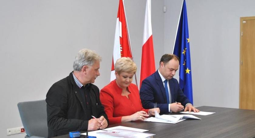 Powiat, Podpisanie umowy przebudowę drogi Pułtusk Lipniki Stare - zdjęcie, fotografia
