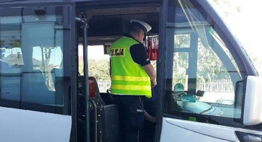 Policja, Policjanci kontrolują autokary - zdjęcie, fotografia