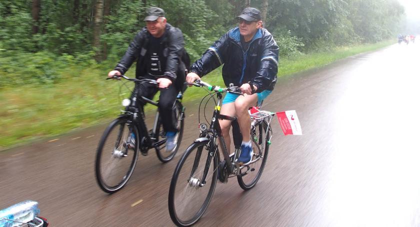 Wydarzenia, rowerowy strugach deszczu - zdjęcie, fotografia