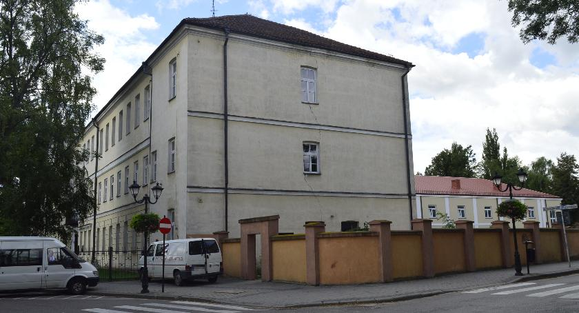 Powiat, Remont dachu elewacji parkanu pułtuskiego liceum - zdjęcie, fotografia