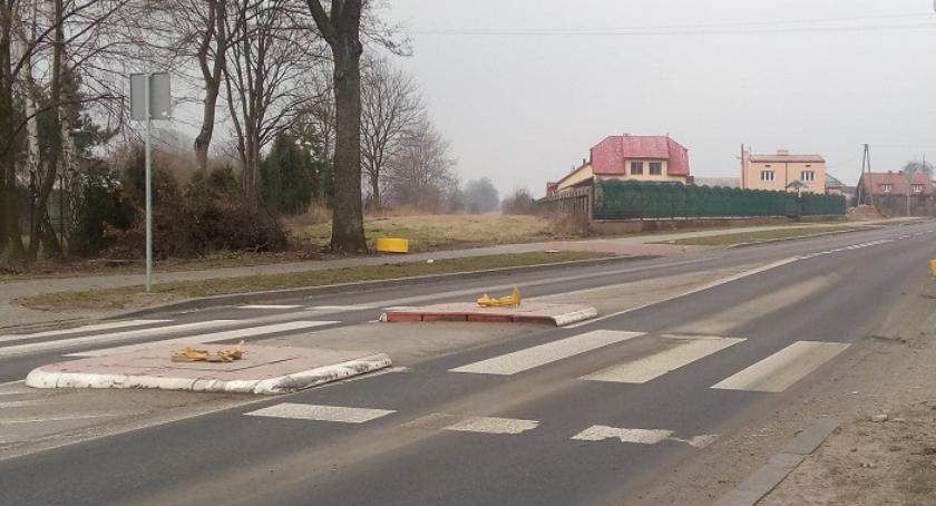 Policja, uprawnień podwójnym gazie zniszczył znaki drogowe - zdjęcie, fotografia
