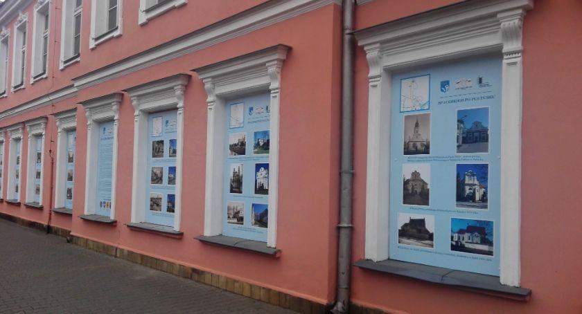 """Wystawy, """"Spacerkiem Pułtusku"""" wystawa oknach budynku starego szpitala - zdjęcie, fotografia"""