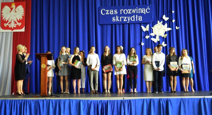 Edukacja, Absolwentów Jedynki pożegnanie szkołą - zdjęcie, fotografia