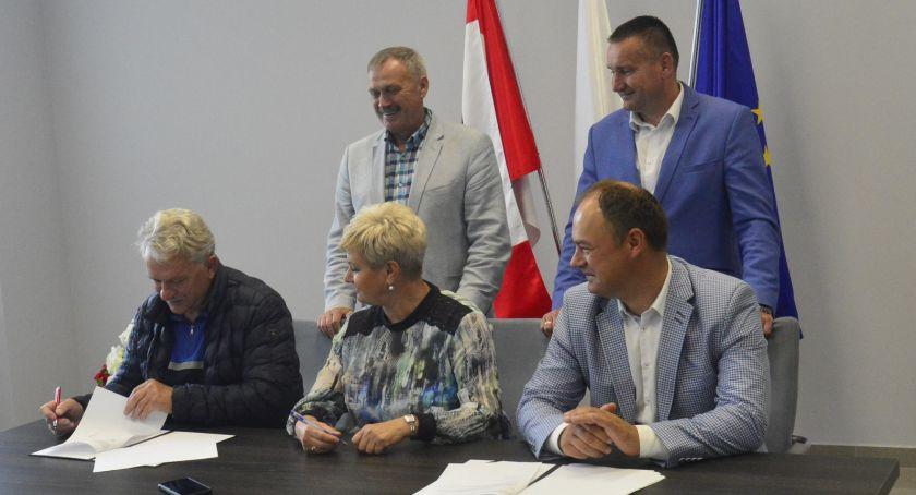 Powiat, Umowa przebudowę drogi powiatowej Szyszkach Włościańskich - zdjęcie, fotografia