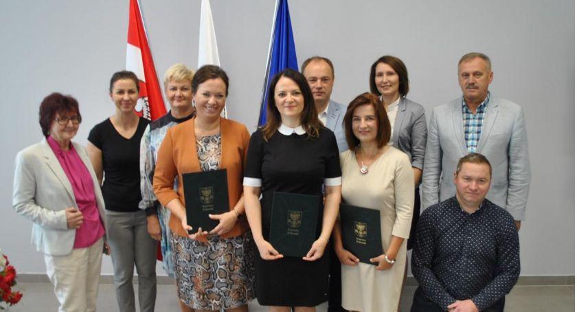 Edukacja, Oficjalne przekazanie aktów powierzenia stanowisk dyrektorskich - zdjęcie, fotografia